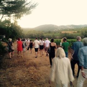 Le public allant vers la scène de la Clairière