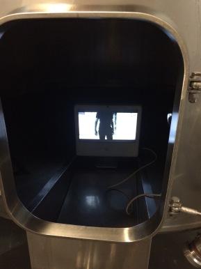 """Installation vidéo """"Mutant Stage"""" dans la cuverie"""