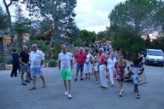 Le public allant vers la scène de la Pinède
